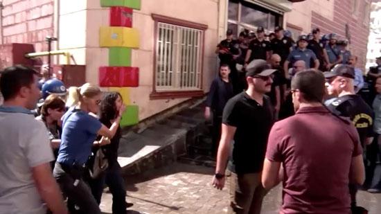 الشرطة التركية تسحل المتظاهرين