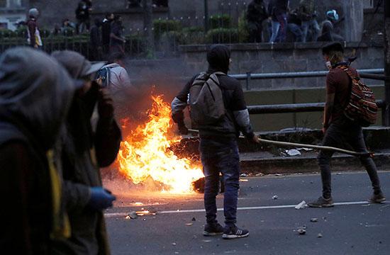 متظاهرون يشعلون النار وسط الاحتجاجات