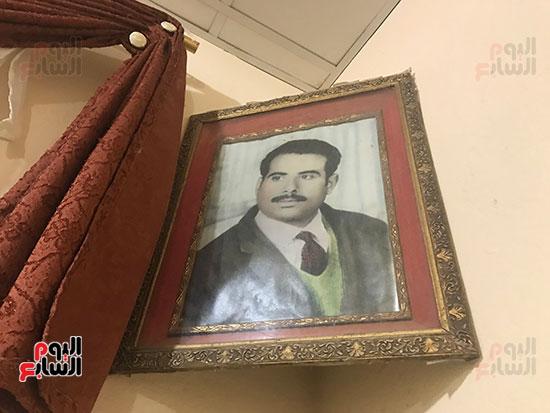 صورة-أبو-منونة-على-جدران-منزله