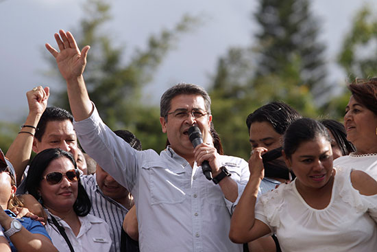 رئيس هندوراس خوان أورلاندو هرنانديز يتحدث خلال مسيرة دعمه في تيجوسيغالبا
