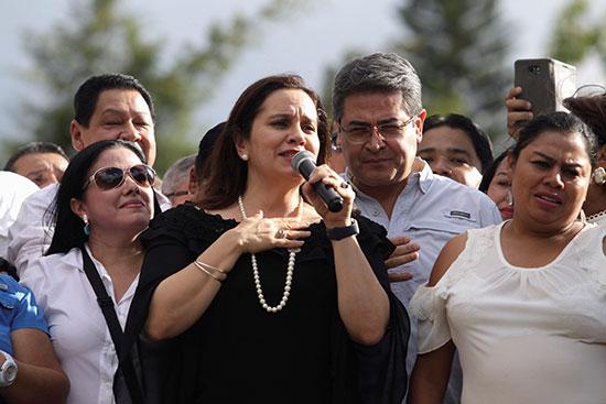 رئيس هندوراس خوان أورلاندو هرنانديز يستمع إلى زوجته آنا جارسيا خلال تجمع حاشد