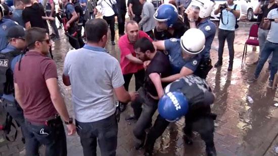 استخدام العنف ضد المتظاهرين فى تركيا