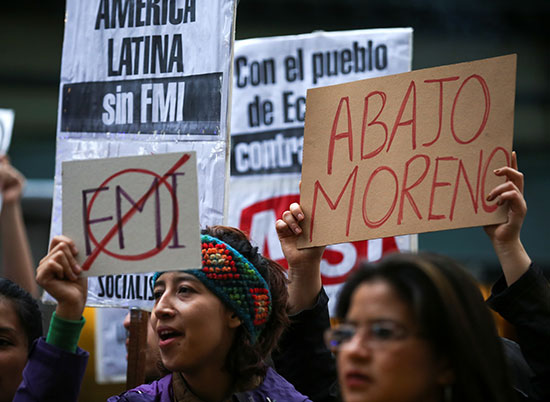 متظاهرون يرفعون لافتات ضد اجراءات التقشف
