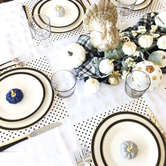 طاولة طعام أنيقة مع المفارش البولكا دوت ، لوحات الحافة السوداء ، ومساحات خضراء