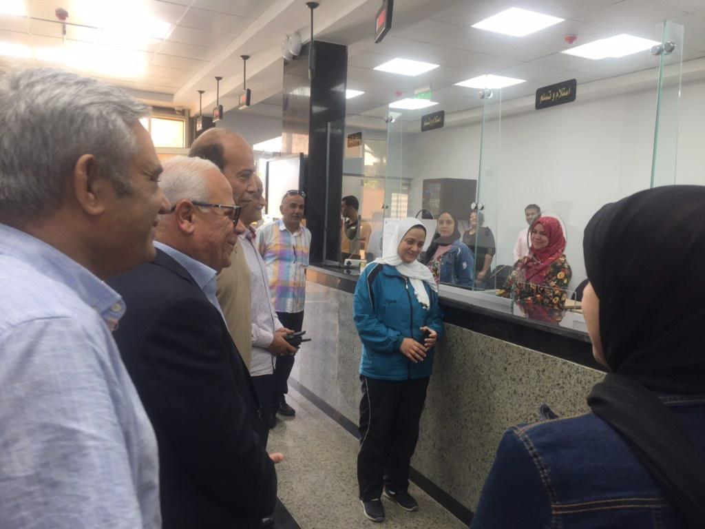 محافظ بورسعيد يتفقد المركز التكنولوجى لخدمة المواطنين بالديوان العام (2)