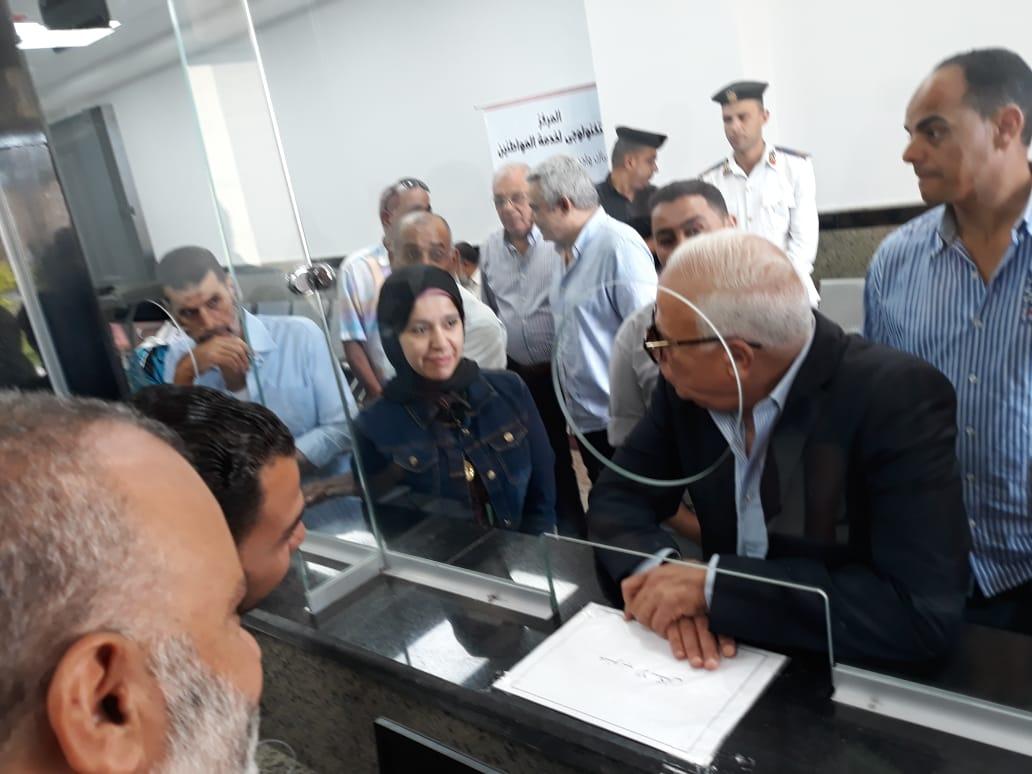 محافظ بورسعيد يتفقد المركز التكنولوجى لخدمة المواطنين بالديوان العام (6)