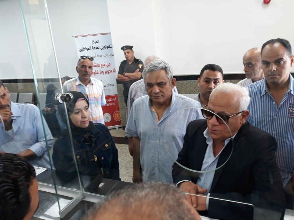 محافظ بورسعيد يتفقد المركز التكنولوجى لخدمة المواطنين بالديوان العام (4)
