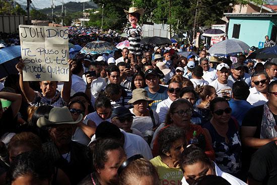 أنصار رئيس هندوراس خوان أورلاندو هرنانديز يحضرون مسيرة لدعم هرنانديز