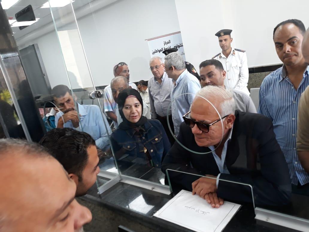 محافظ بورسعيد يتفقد المركز التكنولوجى لخدمة المواطنين بالديوان العام (7)