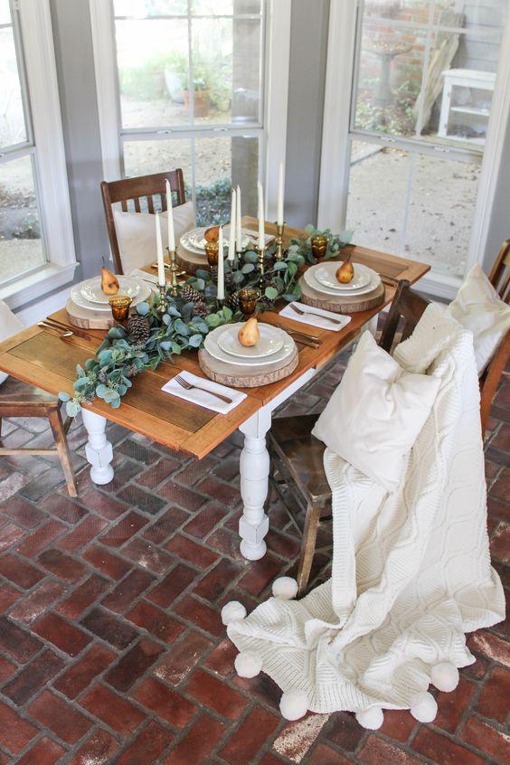 طاولة بسيطة مع الشموع الطويل القامة ، وشرائح الخشب والكمثرى في كل مكان
