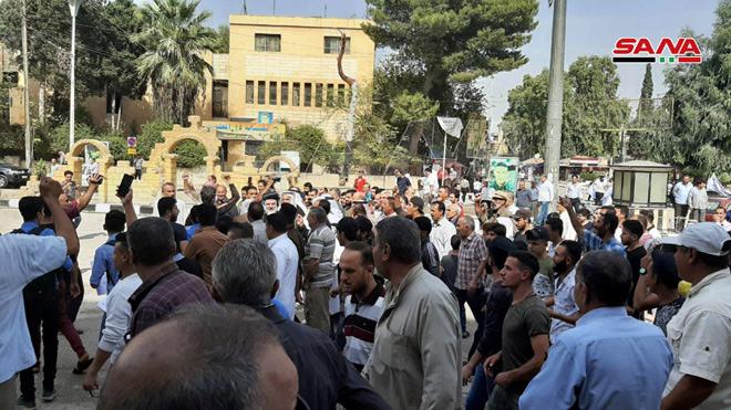 مئات السوريين يتظاهرون ضد العدوان