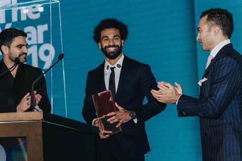 محمد صلاح يتسلم جائزة رجل العام