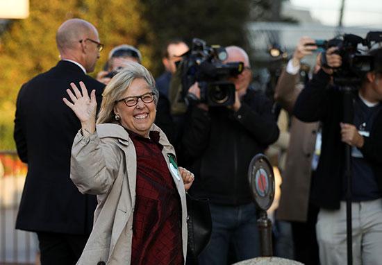 زعيمة حزب الخضر تلوح لمؤيديها