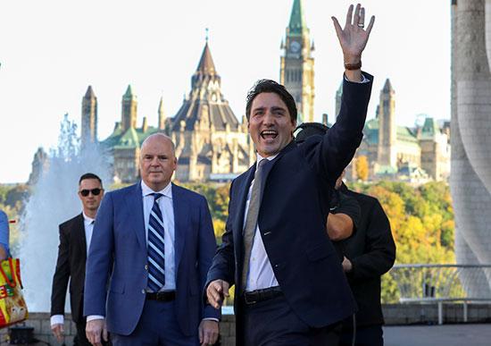 رئيس الوزراء الكندى يلوح لمؤيديه