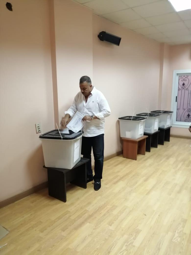 رئيس لجنة الصحة بمجلس النواب يدلى بصوته في إنتخابات نقابه الأطباء بمحافظة الأقصر (1)