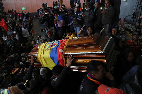 مشاركة كبيرة بين المتظاهرين فى تشييع جنازة القتيل