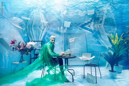 صورة لعارض أزياء تحت الماء