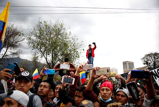 مواطنون يرفعون كاميراتهم لتصوير المشهد