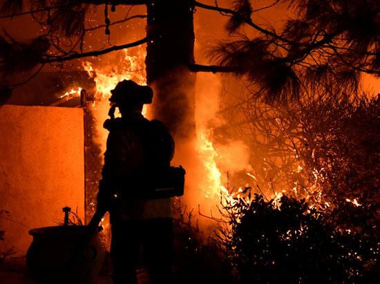 محاولات السيطرة على النيران