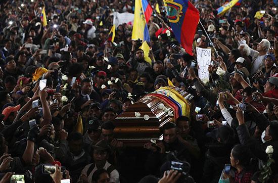 ألاف المواطنين يحملون نعش المتظاهر