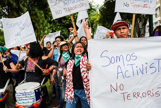لافتات تصف القتيل بالناشط وليس الإرهابى