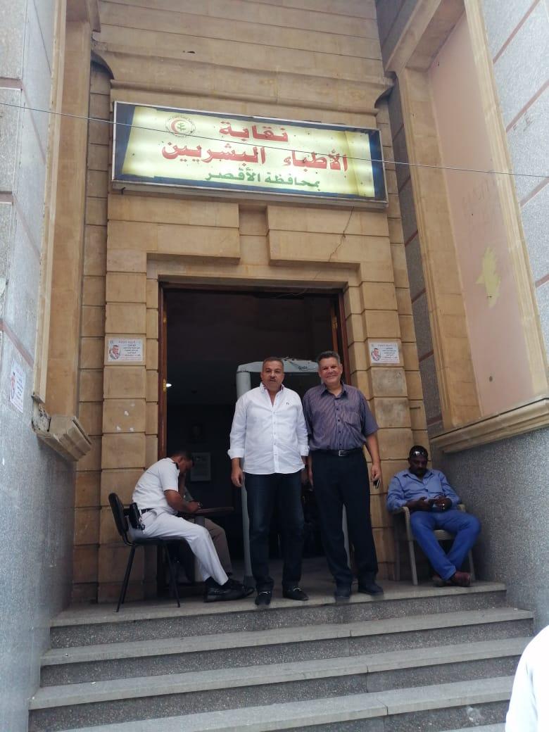 رئيس لجنة الصحة بمجلس النواب يدلى بصوته في إنتخابات نقابه الأطباء بمحافظة الأقصر (2)