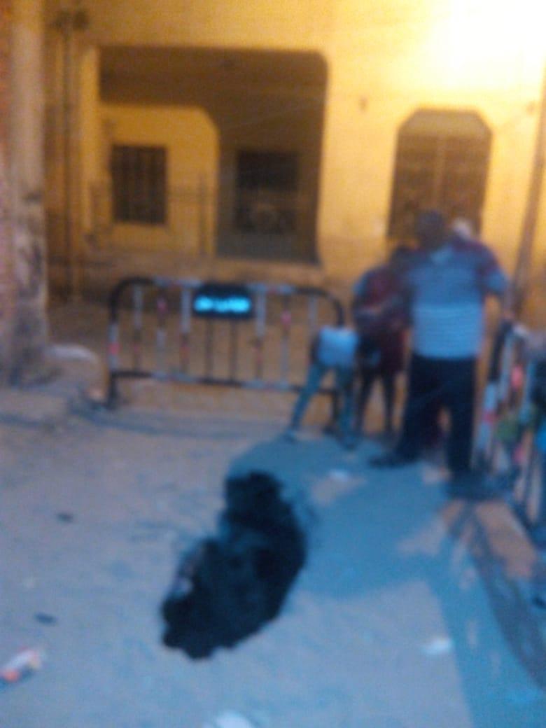 سقوط سيارة في حفرة أمام منزل العقاد (2)