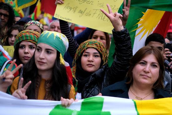جميلات يتظاهرن فى ألمانيا