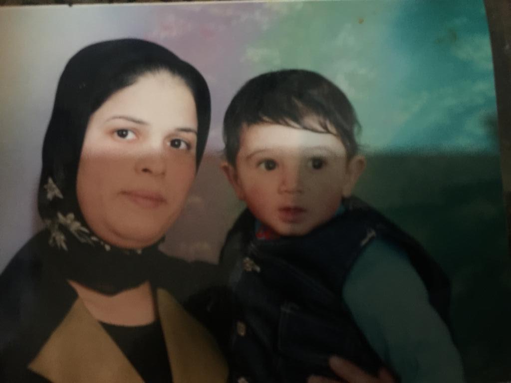 صورة قديمة لـ محمود مع والدته