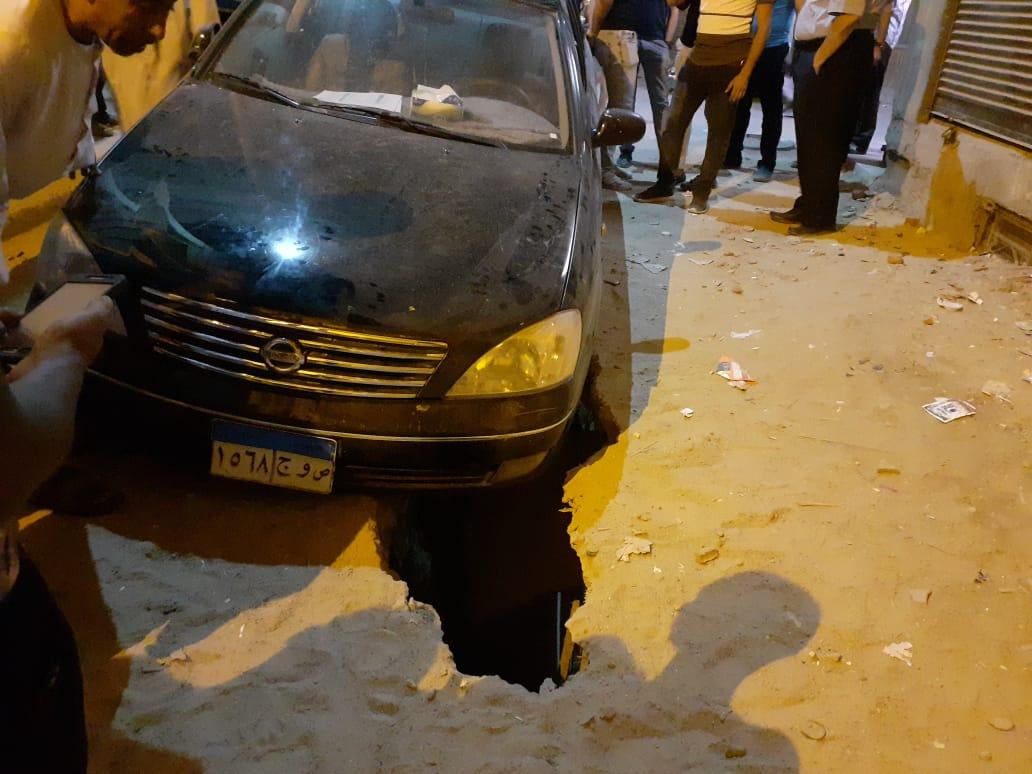 سقوط سيارة في حفرة أمام منزل العقاد (1)