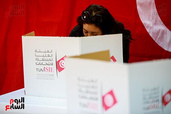 تونسية تدلى بصوتها فى انتخابات الرئاسة