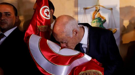 قيس سعيد يقبل العلم التونسى