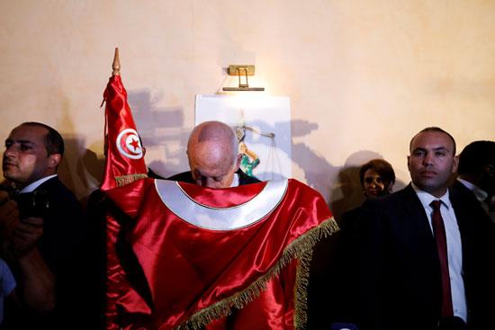الرئيس الجديد يقبل علم بلاده
