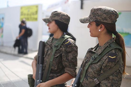 جنديات يقفن خارج مركز الاقتراع في تونس