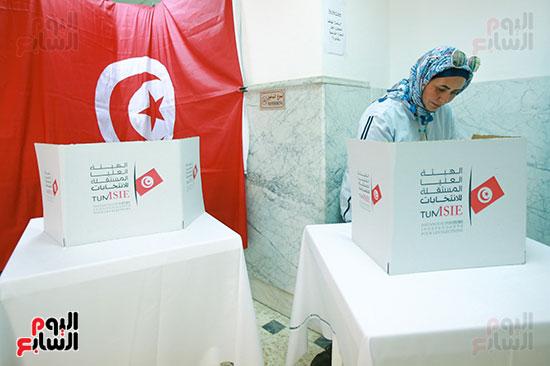 مواطنة تونسية أثناء الإدلاء بصوتها فى الانتخابات التونسية