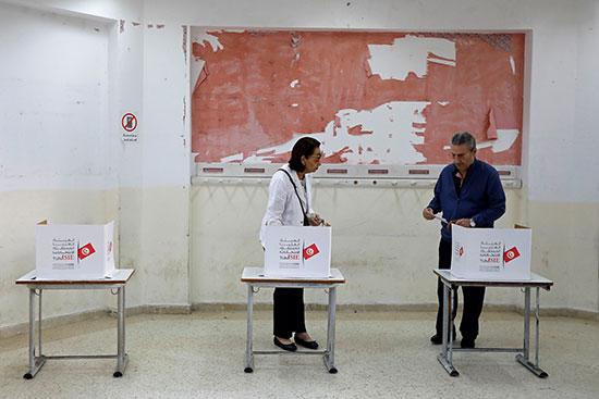 يستعد الناس للإدلاء بأصواتهم خلال الجولة الثانية من الانتخابات الرئاسية في تونس