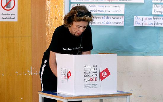 امرأة تصوت في مركز اقتراع خلال جولة الإعادة الثانية للانتخابات الرئاسية في تونس