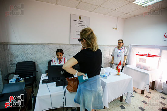 مواطنة تونسية تدلى بصوتها فى الانتخابات الرئاسية