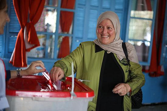 امرأة تدلي بصوتها في مركز اقتراع خلال جولة الإعادة الثانية للانتخابات الرئاسية في تونس