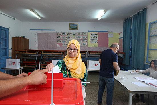 امرأة تدلي بصوتها في مركز اقتراع في تونس (2)