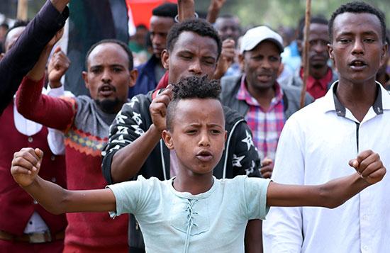 صبي يهتف بشعارات خلال مسيرة للاحتفال برئيس الوزراء الإثيوبي