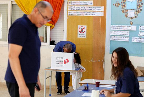 الناس يصوتون في مركز اقتراع خلال جولة الإعادة الثانية للانتخابات الرئاسية في تونس