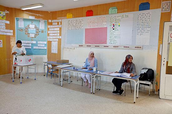 شوهد أعضاء الانتخابات في مركز اقتراع خلال جولة الإعادة الثانية للانتخابات الرئاسية في تونس