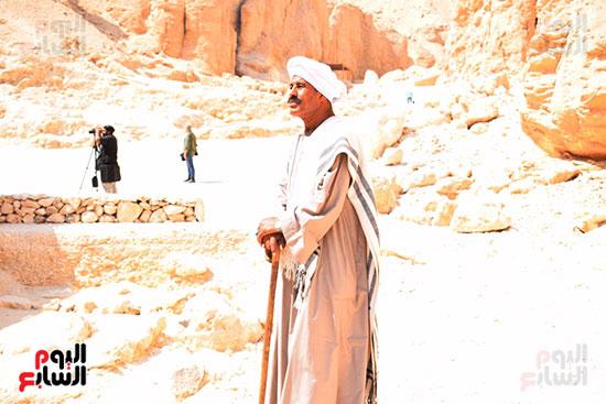 الريس علي فاروق قائد العمال بالبعثة الآثرية برفقة الدكتور زاهي حواس