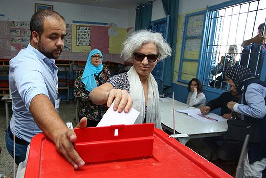 امرأة تدلي بصوتها في مركز اقتراع في تونس