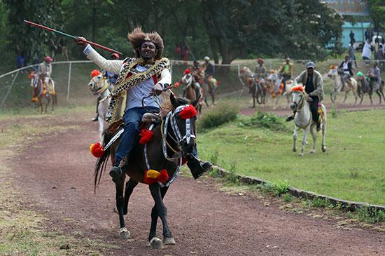 رجال يرتدون ملابس تقليدية في سباق للاحتفال برئيس الوزراء الإثيوبي أبي أحمد