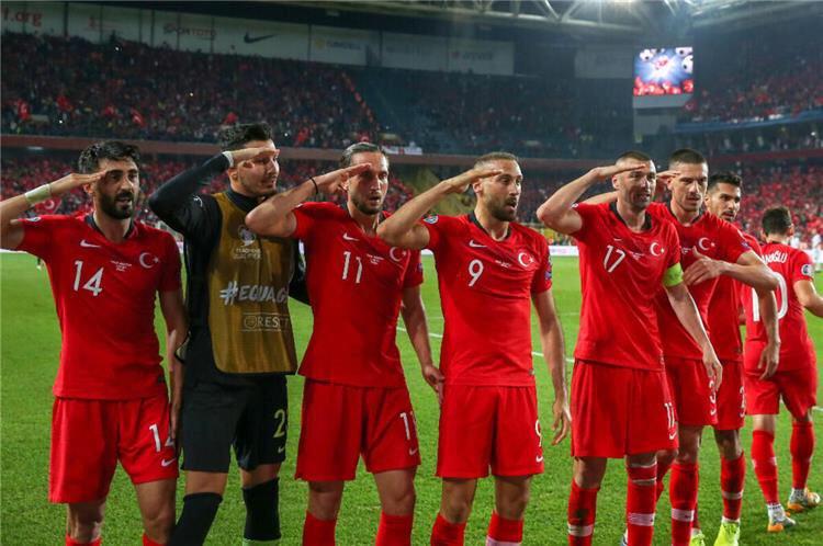 تحية لاعبي منتخب تركيا