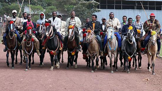 رجال يركبون الجياد أثناء الاحتفال بحضور رئيس الوزراء الإثيوبي