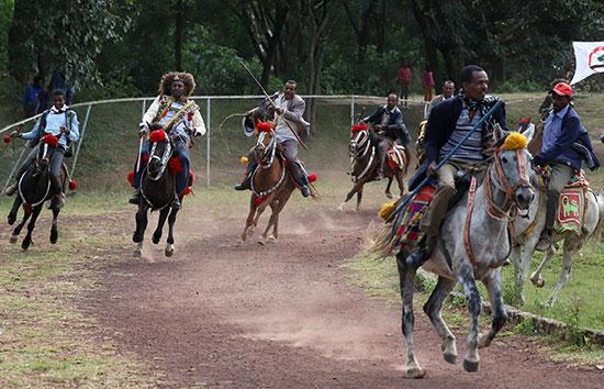 رجال يركبون الجياد أثناء الاحتفال