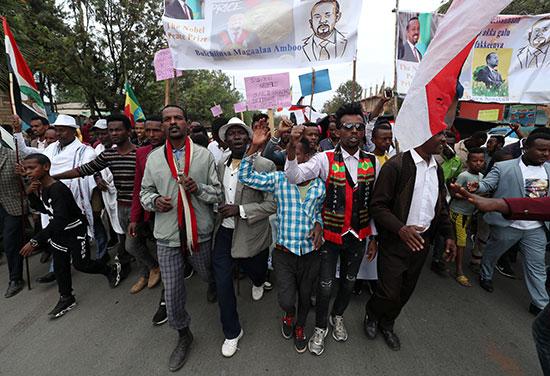 هتاف الناس بشعارات خلال مسيرة احتفالية لرئيس الوزراء الإثيوبي أبي أحمد